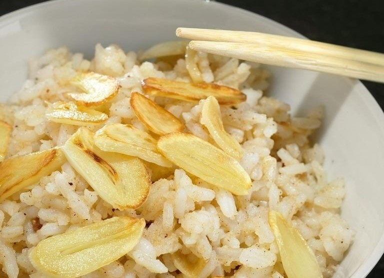 Рис с чесночными чипсами и специями
